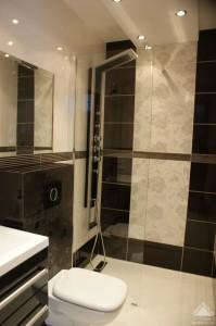 Mała łazienka beżowo-brązowa.
