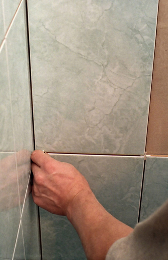 pękające płytki łazienkowe