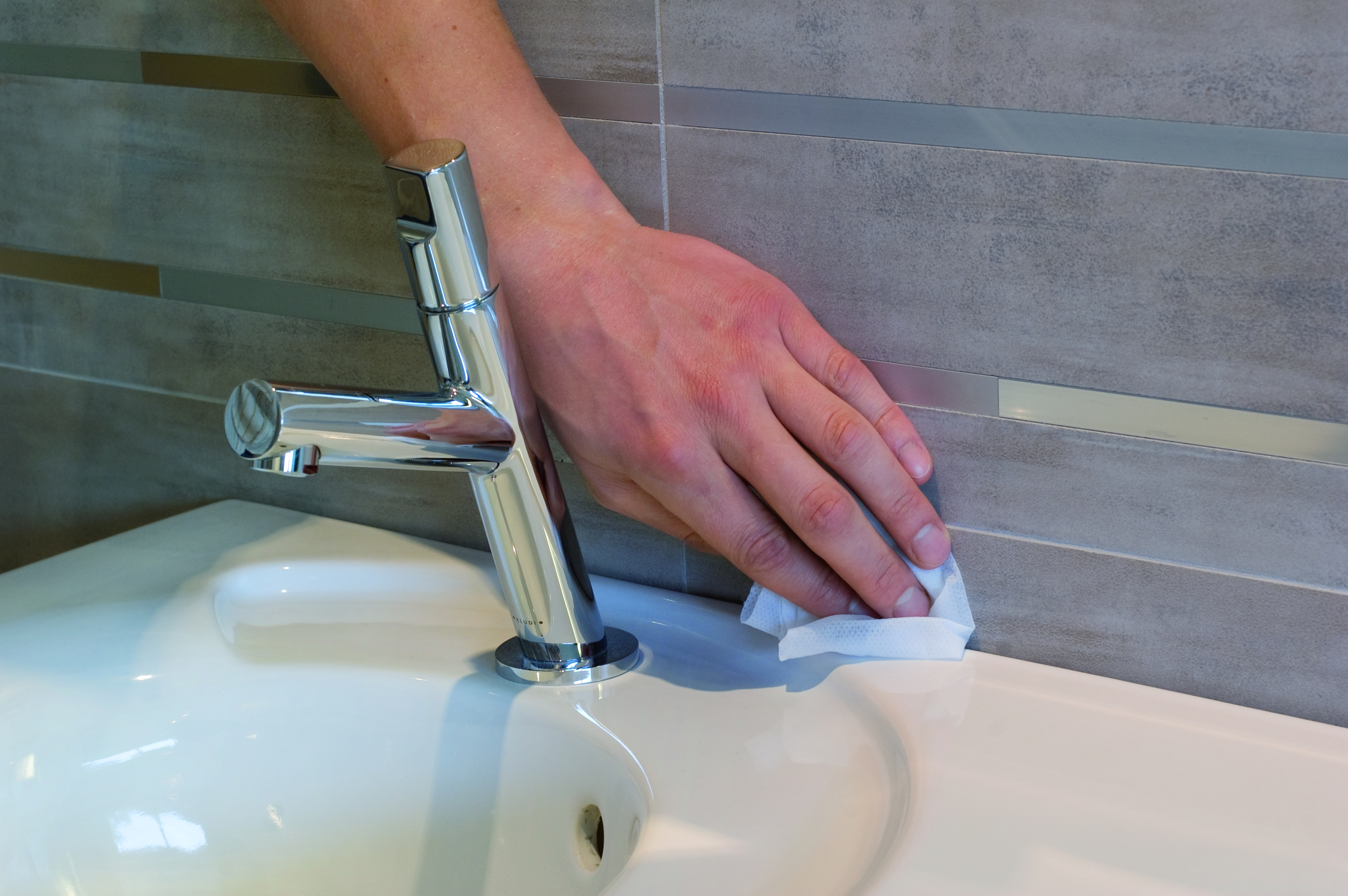 Jak usunąć wilgoć i pleśń z łazienki?