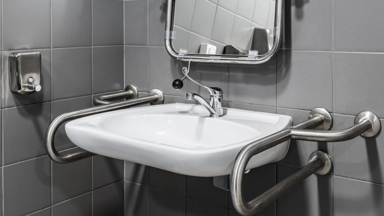 Łazienka bez barier – jak urządzić ją dla osoby starszej wiekiem?
