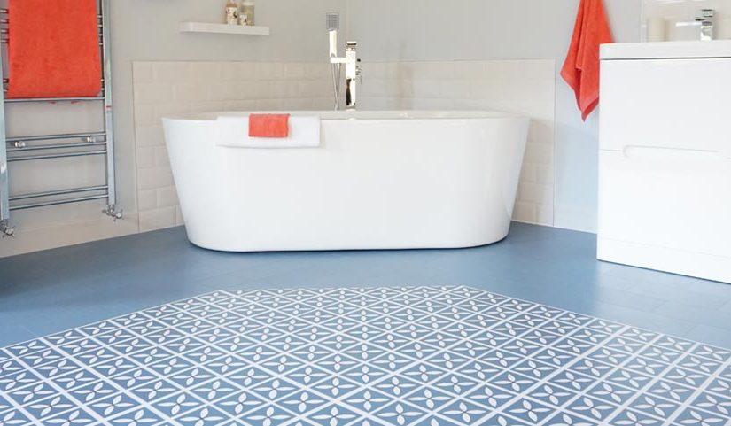 Płytki winylowe na podłodze w łazience